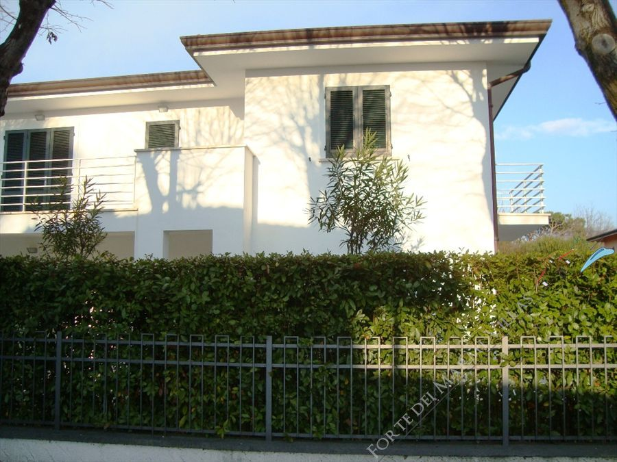 Villa Lia semi detached villa to rent Forte dei Marmi