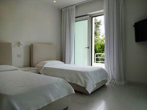Villa Lucente  : спальня с двумя кроватями