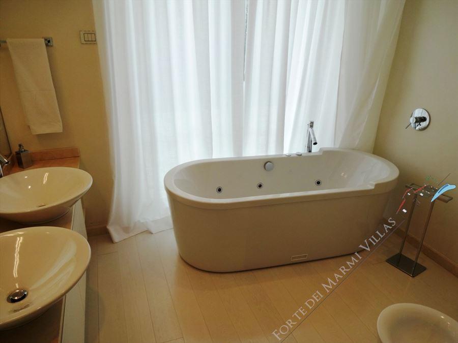 Villa Lucente  : Bathroom with tube