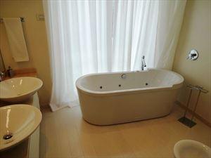 Villa Lucente  : Ванная комната с ванной