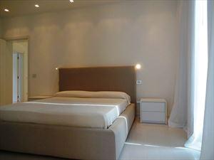 Villa Lucente  : спальня с двуспальной кроватью