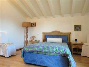 Villa Ludovica : спальня с двуспальной кроватью