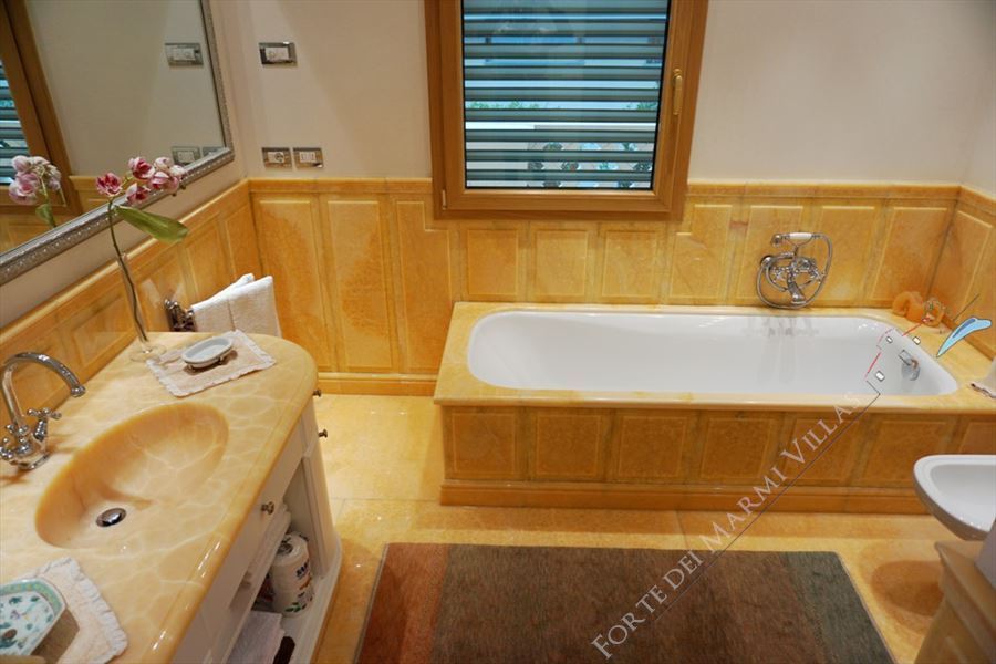 Villa Maestro : Bathroom with tube