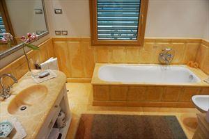 Villa Maestro : Bagno con vasca