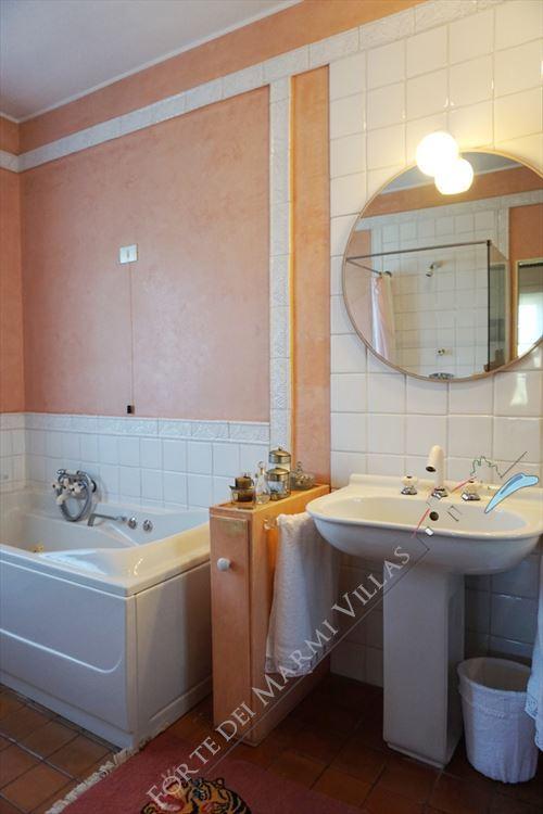 Villa Marilena : Bathroom with tube