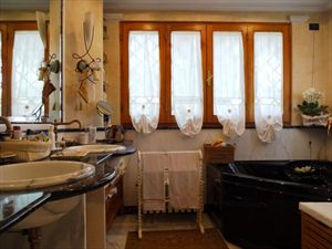 Villa Mazurca : Bathroom with tube