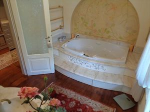 Villa Mirabella  : Bathroom with tube