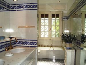 Villa Opera : Bathroom with tube