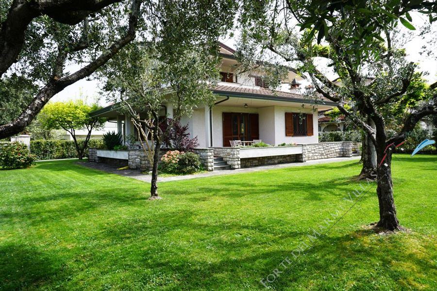 Villa Rondine detached villa to rent Forte dei Marmi