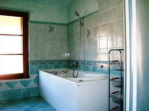 Villa Rosa : Bathroom with tube