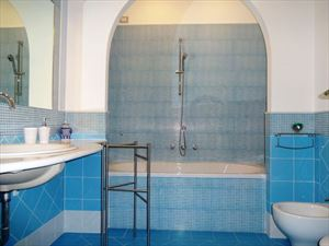 Villa Rossella  : Bathroom with tube