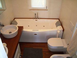 Villa Mirella  : Bathroom with tube