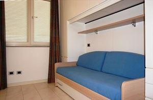 Villa Penthouse : спальня с односпальной кроватью