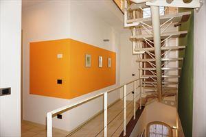 Villa Penthouse : лестница с деревянным покрытием