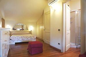 Villa Simonetta : спальня с двуспальной кроватью