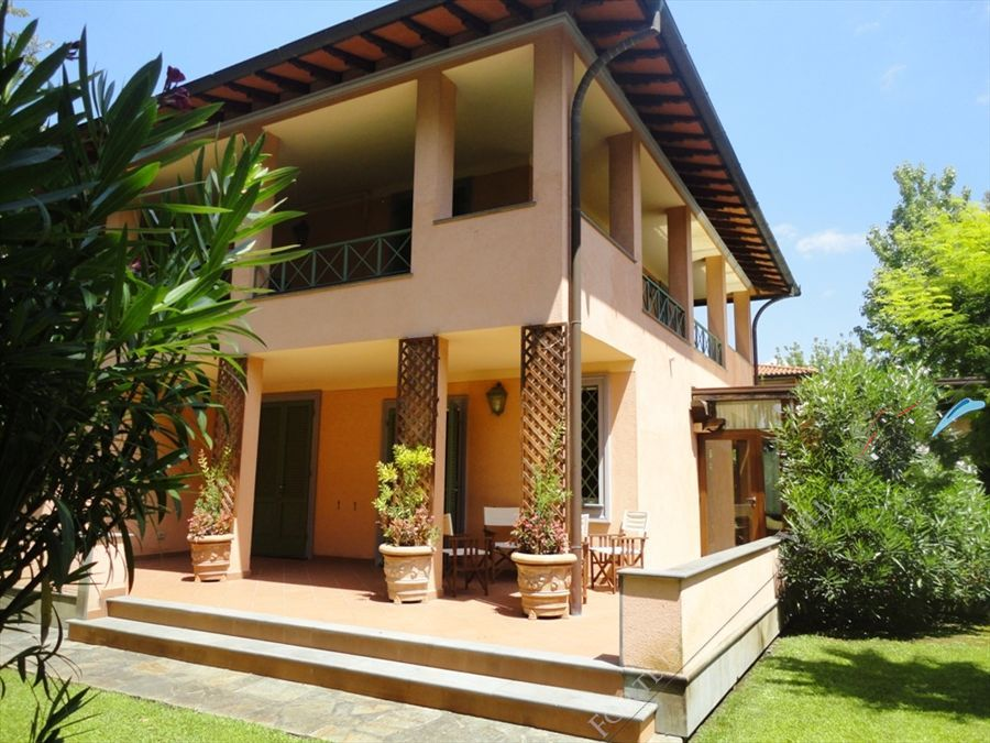Villa Versilia Beach  detached villa to rent and for sale Forte dei Marmi