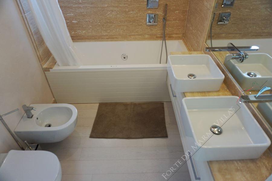 Villa Vivaldi : Bathroom with tube