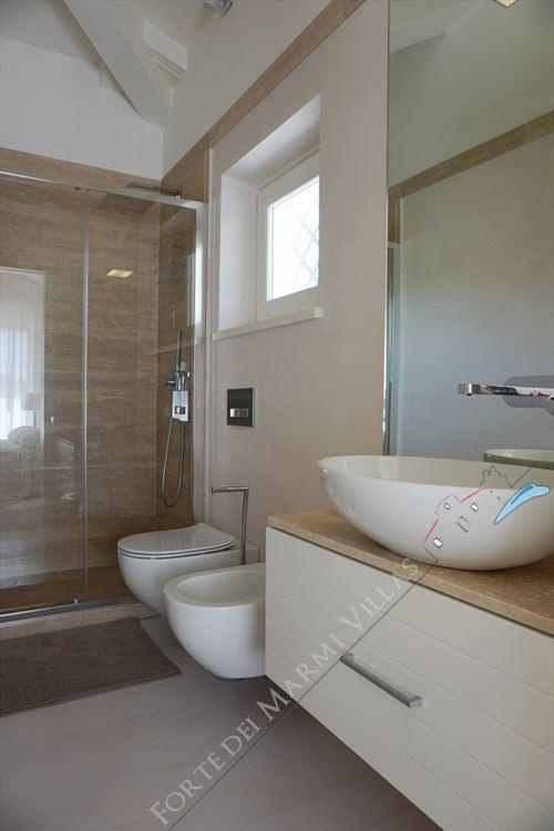Villa Vivaldi : Bathroom with shower