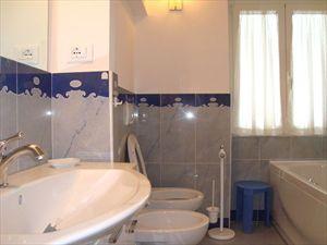 Villa Morin  : Bathroom with tube