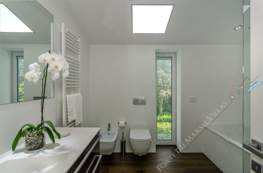 Villa Hermosa  : Bathroom with shower