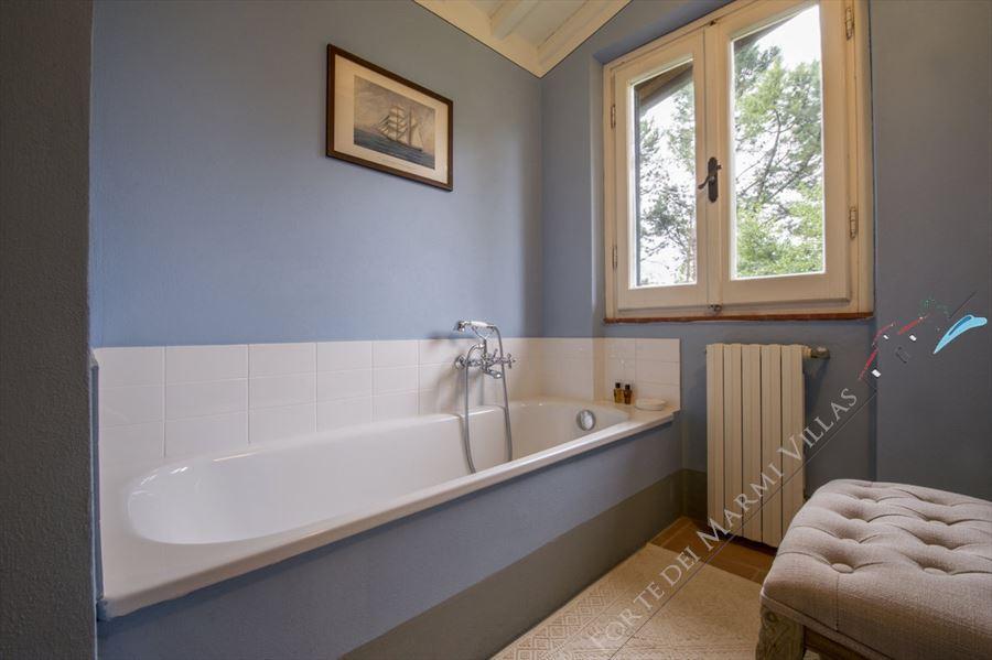 Villa La Pieve : Bathroom with tube