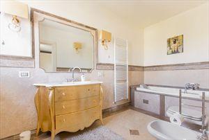 Villa delle Rose : Ванная комната с ванной