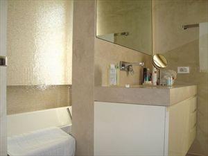 Bifamiliare Nettuno : Ванная комната с ванной