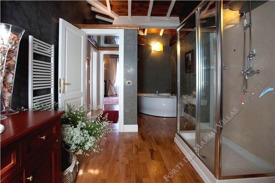 Villa Lorenza  : Bathroom with tube