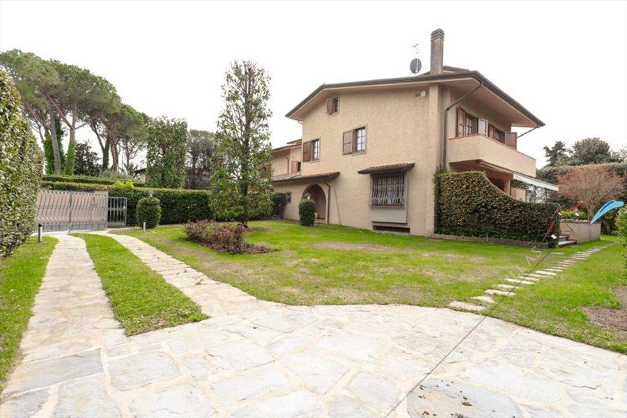 Villa  Bella Donna Nord  semi detached villa to rent Forte dei Marmi