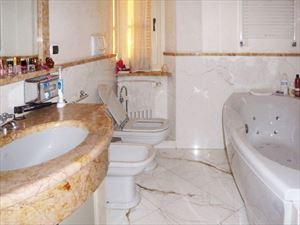 Appartamento Classic : Bathroom with tube