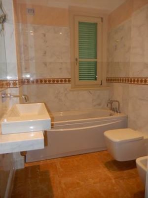 Villa Genziana : Ванная комната с ванной