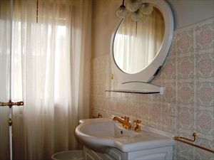 Villa Donatello : Bathroom with tube