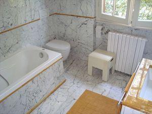 Villa Bouganville : Bathroom with tube