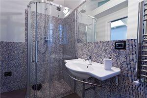 Villa Cipresso   : Bathroom with shower