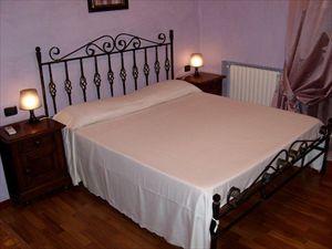 Villa Serenata  : спальня с двуспальной кроватью