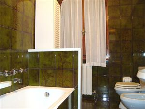 Villa dei Limoni : Bathroom with tube