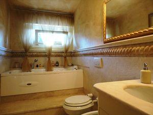 Villa Flora Roma Imperiale : Ванная комната с ванной